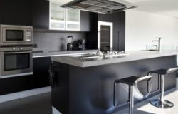 Стильная кухня в черных тонах