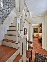 Окно на лестнице в частном доме – встроенный шкаф-купе, туалет, кухня, камин, мебель под лестничными пролетами в гостиной, прихожей – план, фото дизайна, окна на лестнице, интерьер с ящиками в ступеньках
