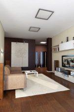 Ремонта зал квартиры – декор проходной гостиной прямоугольной формы площадью 18 квадратных метров в «хрущевке»